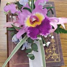 紫のコサージュ